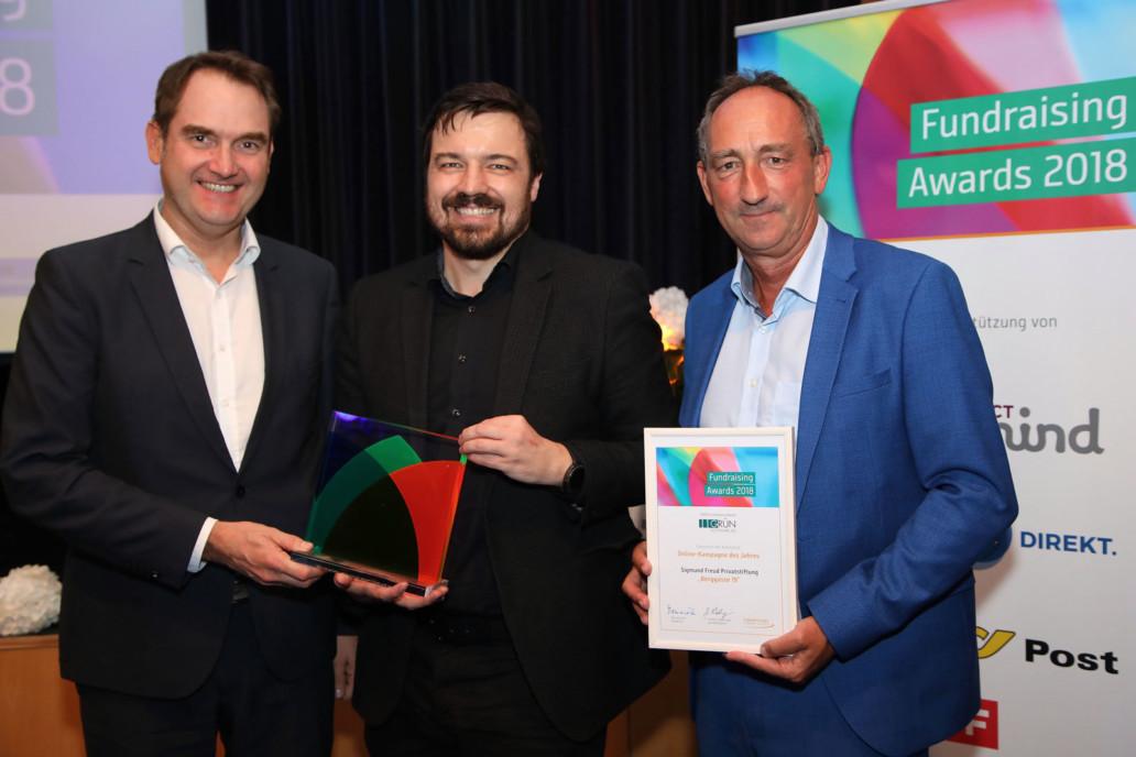 V.l.n.r: Dr. Oliver Grün (GRÜN Software AG), Mag. Peter Nömaier (Sigmund Freud Privatstiftung) und Dr. Günther Lutschinger (Fundraising Verband Austria) bei der Verleihung des GRÜN Fundraising Awards. Foto: Ludwig Schedl