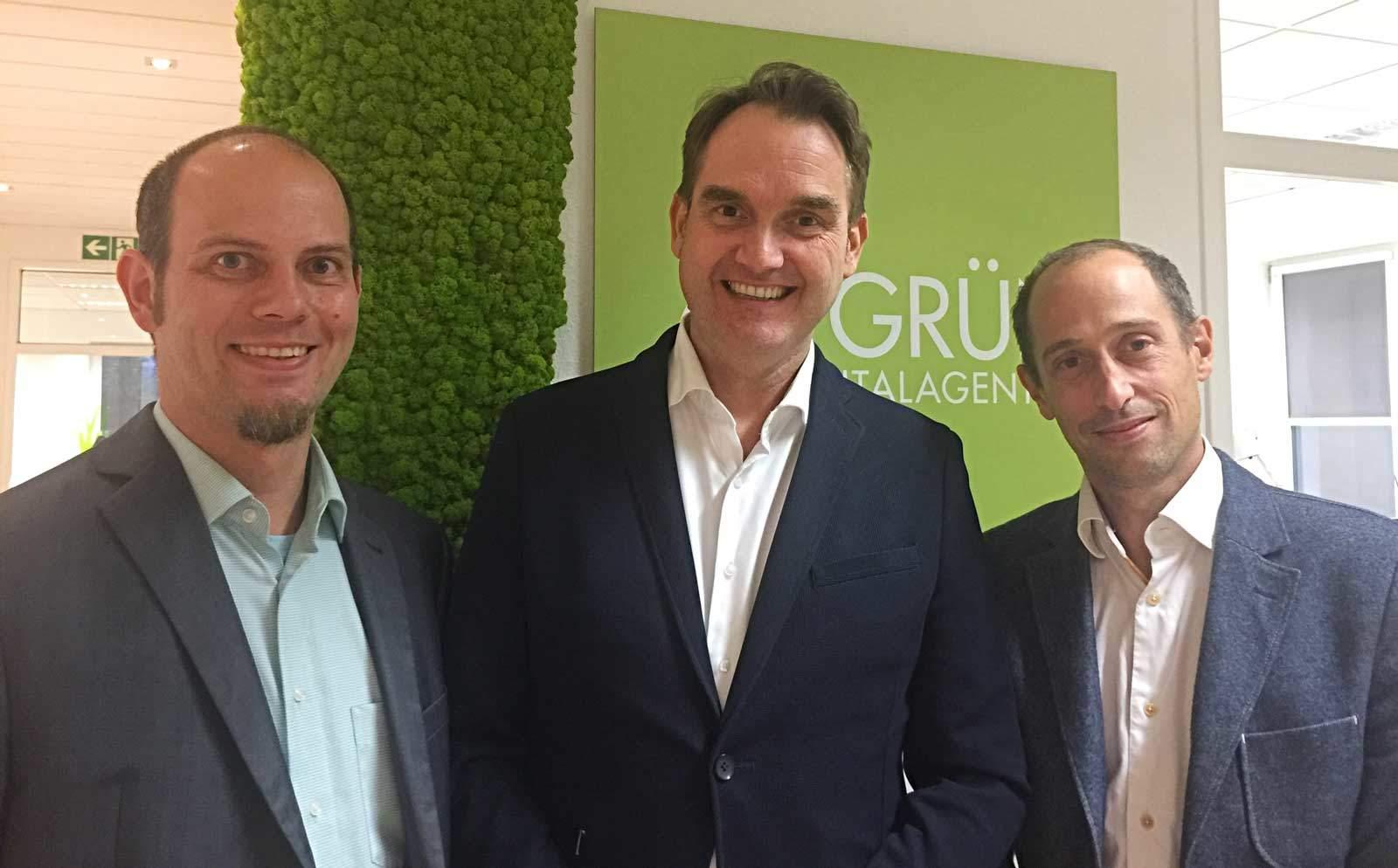 Bastian Haustein (links), der neue CTO der giftGRÜN GmbH, mit den beiden Geschäftsführern der Digitalagentur Patrick Heinker (rechts) und Dr. Oliver Grün (Mitte).