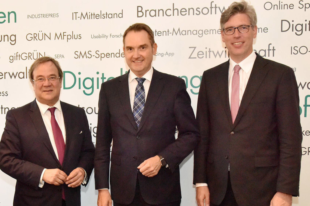 Ministerpräsident Armin Laschet, BITMi-Präsident und Vorstand der GRÜN Software AG Dr. Oliver Grün und Aachens Oberbürgermeister Marcel Philipp (v. l.). Foto: Andreas Herrmann
