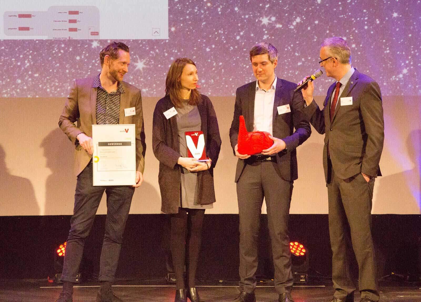 Joachim Sina (GRÜN Software AG) bei der Preisübergabe mit den Preisträgern aus der Kategorie Beste Website: Ory Laserstein (Bundesverband der Energie- und Wasserwirtschaft e.V., Nadja Gehrmann (UHURA media GmbH) und Philipp Paul (UHURA Media GmbH) (vrnl.).