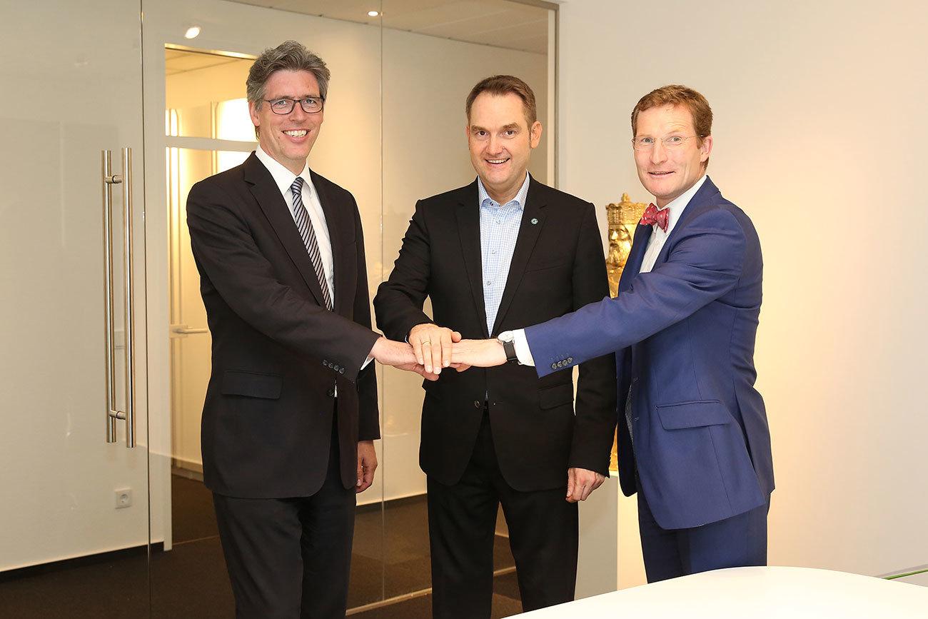 Aachens Oberbürgermeister Marcel Philipp (links) und Michael F. Bayer, Hauptgeschäftsführer der IHK Aachen (rechts) gratulieren Dr. Oliver Grün (Mitte) zur Eröffnung des neuen GRÜN Headquarters.