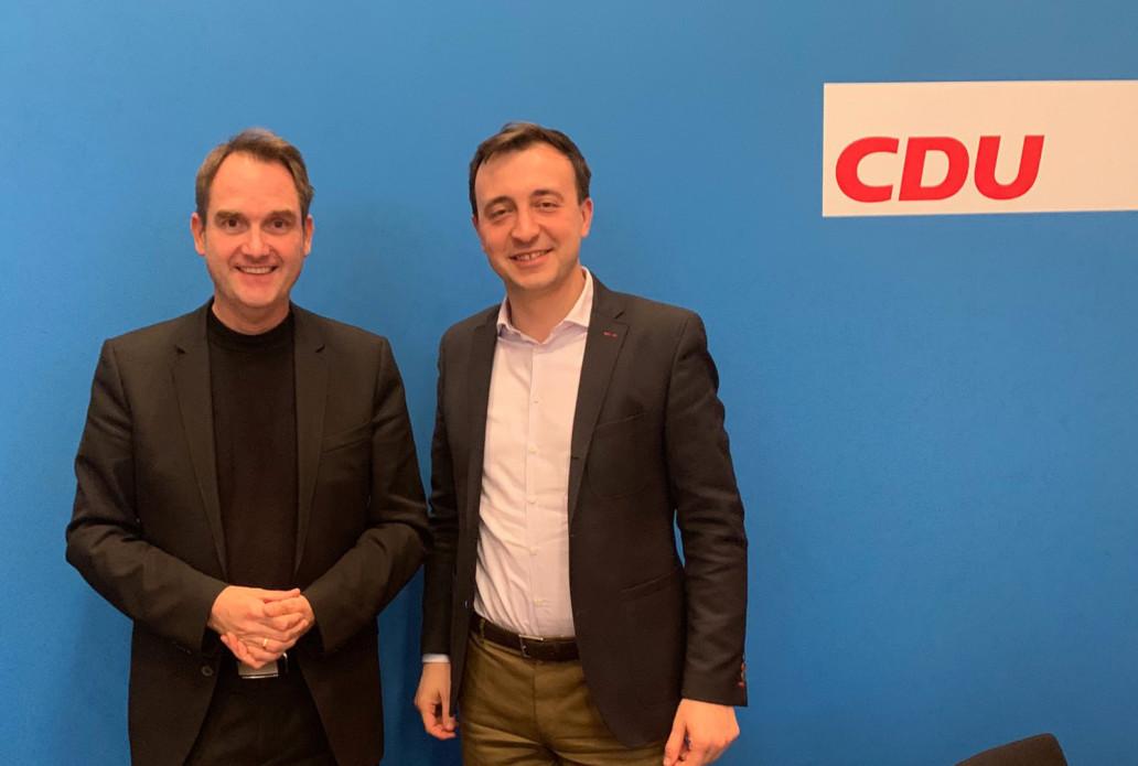 CDU Generalsekretär Paul Ziemiak (rechts) und GRÜN CEO Dr. Oliver Grün (links) bei einer Besprechung zum VEWA-Softwareprojekt in Berlin.