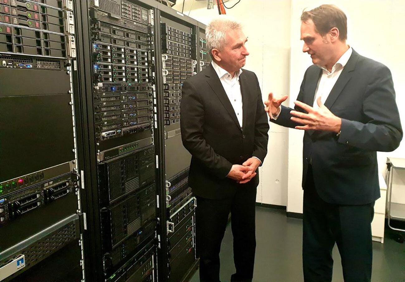 NRW-Minister Pinkwart (links) im Rechenzentrum der GRÜN Software AG mit Dr. Oliver Grün.