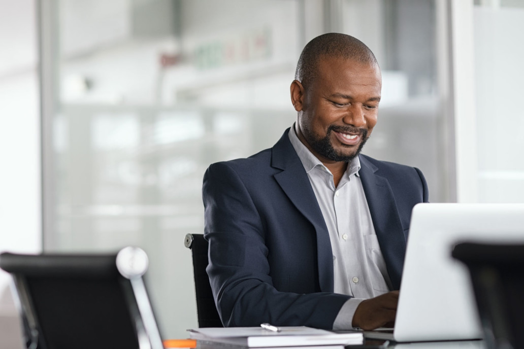 Benutzer arbeitet mit SAP Branchensoftware GRÜN MFplus