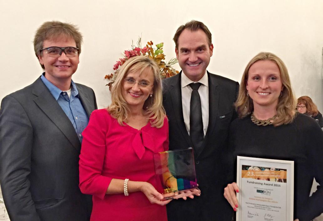 Der GRÜN Fundraising Award 2016 wurde für die beste Online-Kampagne des Jahres an die Universität Graz verliehen. Beatrice Weinelt (2.v.l.) nahm den Preis aus den Händen von Klaus Schwarz (links) und Dr. Oliver Grün (3. v.l.) entgegen.