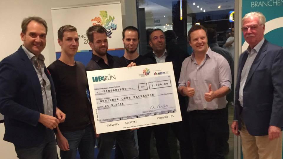 Das Sieger-Team des ersten GRÜN Hackathons und die beiden Juroren Oliver Grün (links) und Dieter Philipp (rechts).