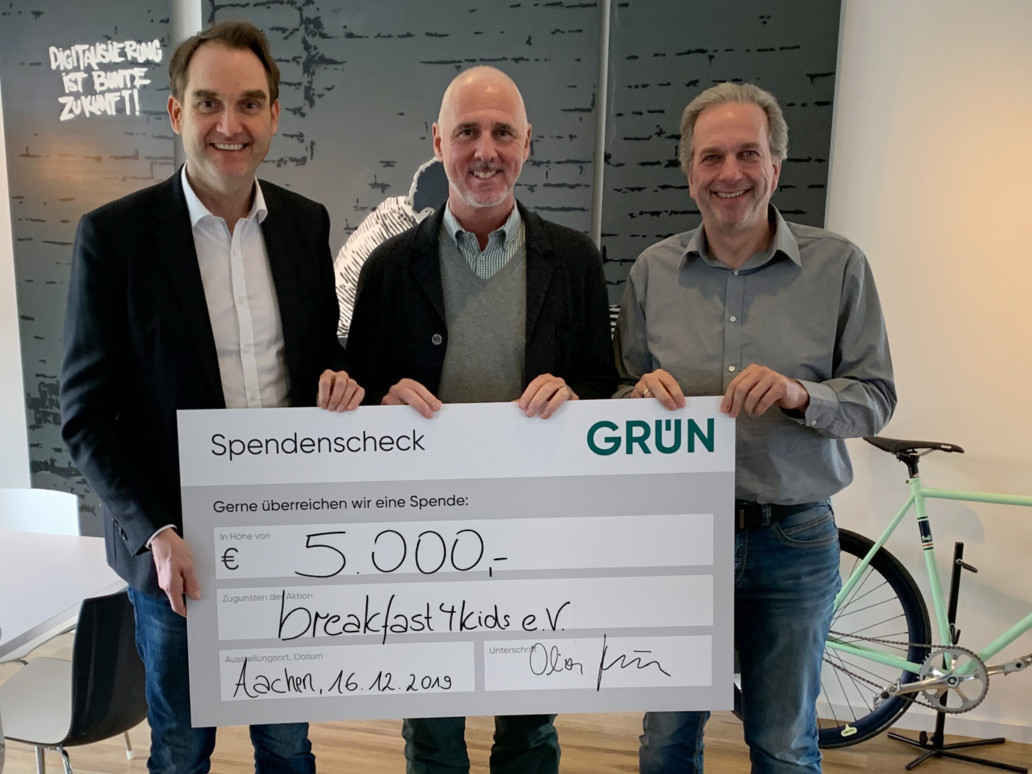 Dr. Oliver Grün (left) and Dirk Hönscheid (right) presented the donation check to Achim Monnartz (center).