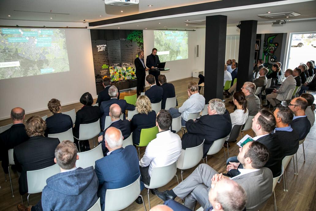 Oliver Grün (rechts am Pult) und Dirk Hönscheid (links am Pult) begrüßten die Teilnehmer der GRÜN Innovations! 2019 im Innovation Center der GRÜN Software AG.
