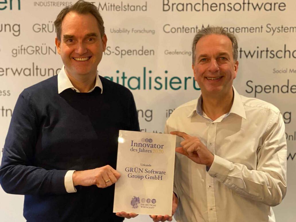 """Dr. Oliver Grün und Dirk Hönscheid, Geschäftsführer der GRÜN Software Group GmbH, freuen sich über die Auszeichnung zum """"Innovator des Jahres 2020""""."""