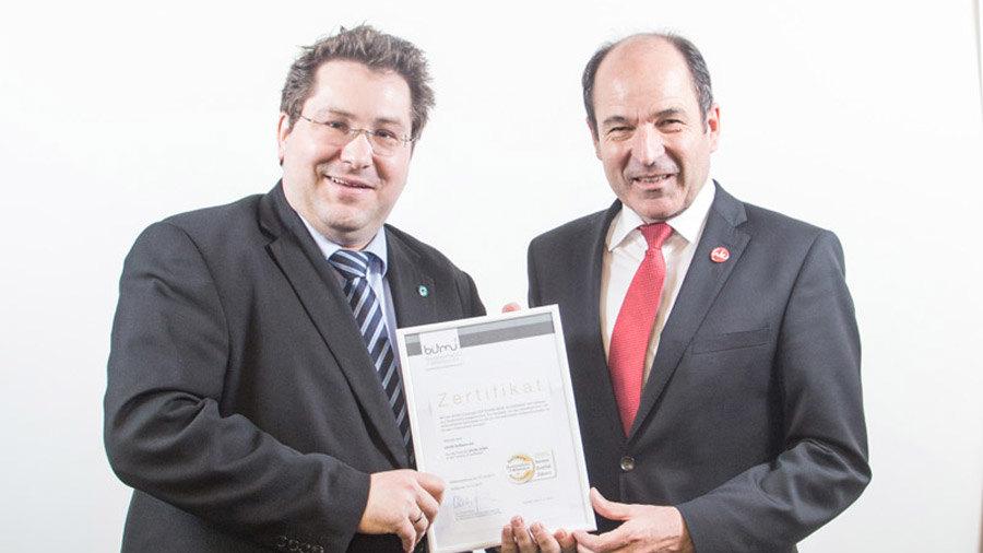 Olivier Chatain, Sales Director der GRÜN Software AG, nimmt die BITMi-Gütesiegel von Martin Hubschneider, Vizepräsident und Vorstand des BITMi, entgegen.